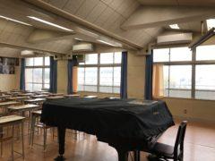 中学校、音楽室の壁掛けエアコン取付